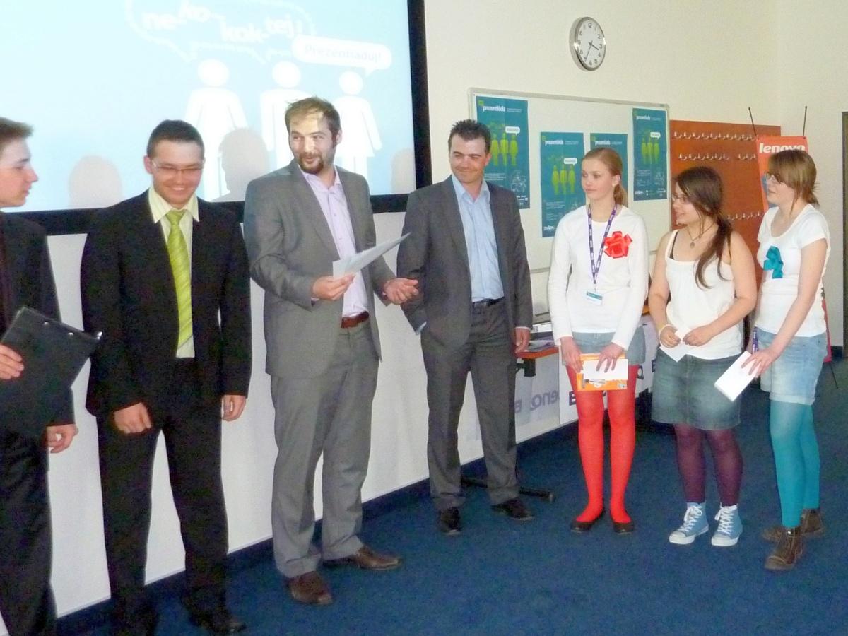 Prezentiada 2011: porotci předávají ocenění týmu z gymnázia Dašická 1083 Pardubice