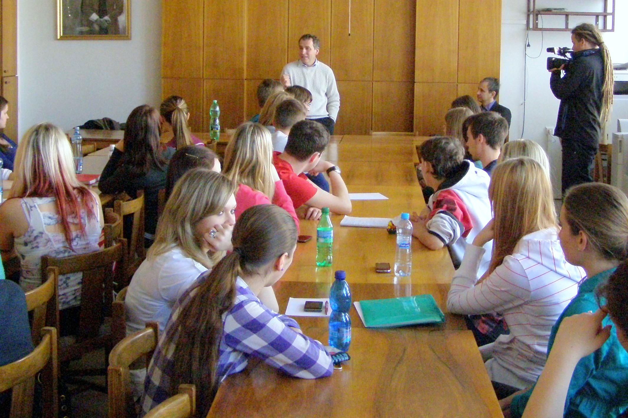 Ve středu 16.4. 2014 navštívil gymnázium RNDr. Luděk Niedermayer, dlouholetý člen bankovní rady ČNB a bývalý viceguvernér ČNB.