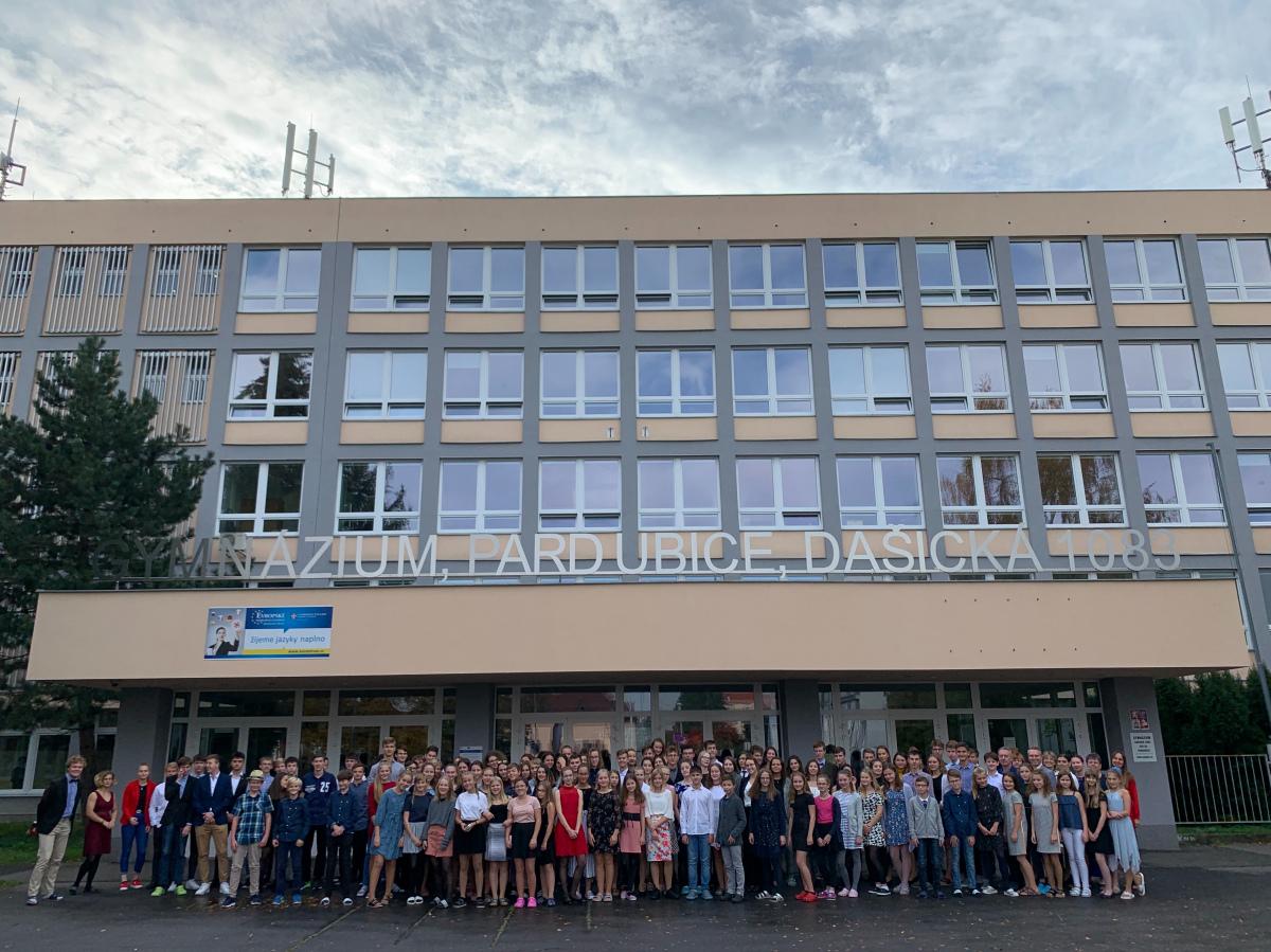 Naši studenti zapojili do mezinárodního Dne obleků (Suit Up Day) a přišli do školy formálně oblečeni.