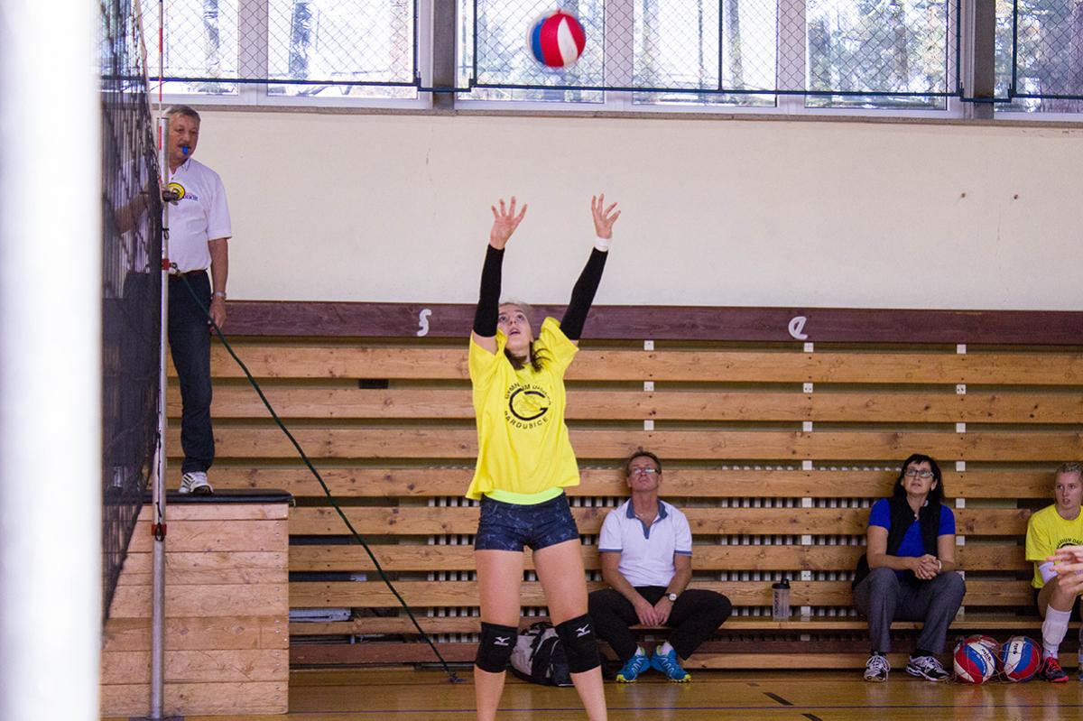 Nahrávačka Kateřina Štosová přihrává své spoluhráčce