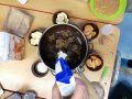 přidávání bílé ingredience z Lidlu na pánev plnou čokolády