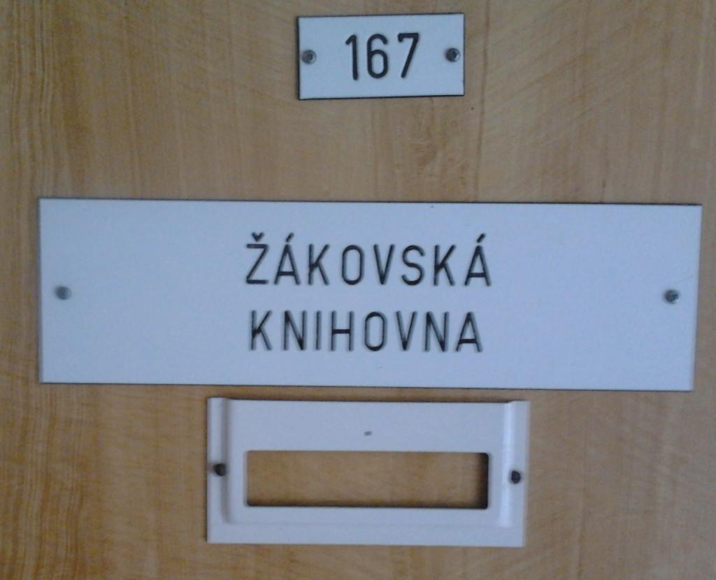 školní knihovna: na dveřích je napsáno Žákovská knihovna
